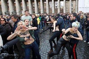 Участницы «FEMEN» обнажились перед Папой Римским