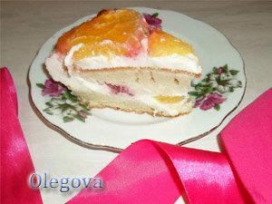 Кусочек фруктового торта к чаю