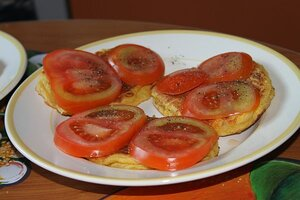 сырно-кукурузные оладьи с томатами