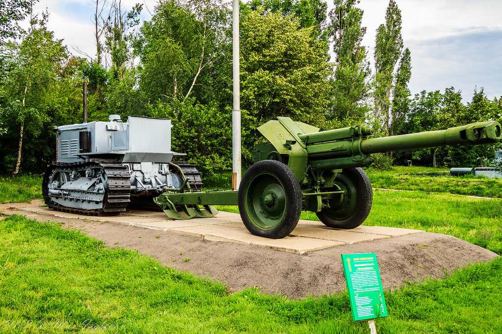 Тягач Сталинец и гаубица Д-1