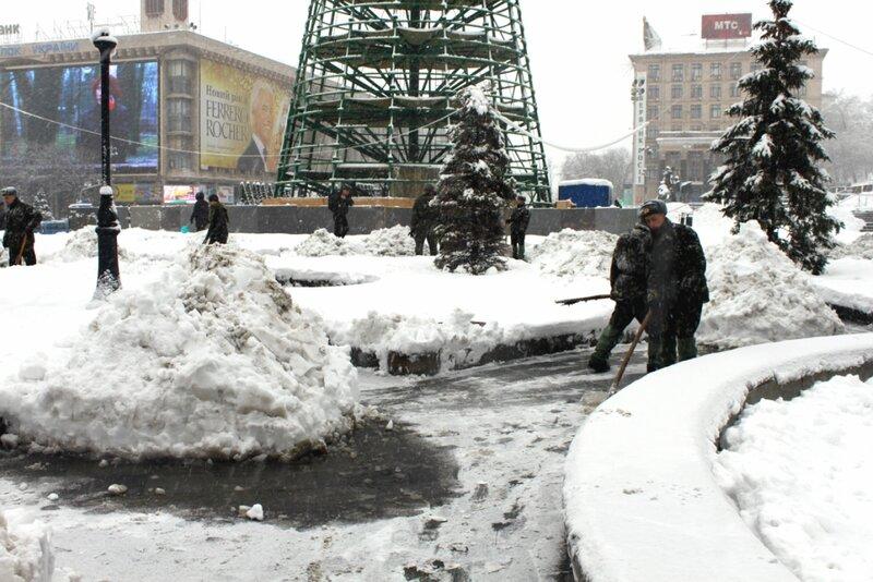 Солдаты чистят очищенные дорожки