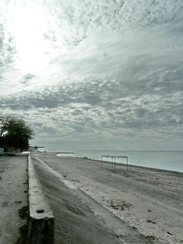 В октябре, небесный театр у моря