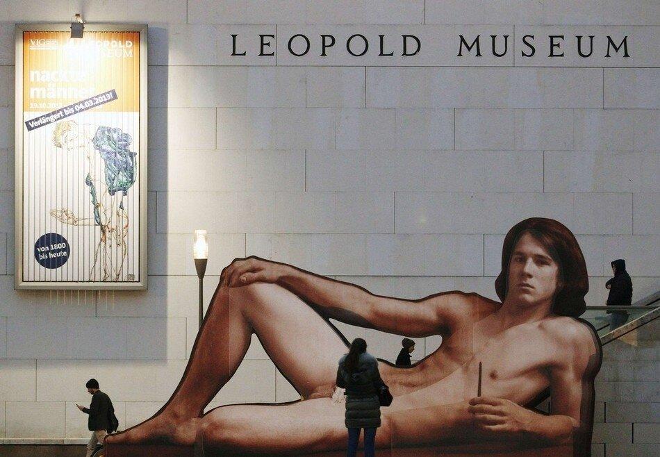 """Нудисты на выставке """"Голый мужчина"""" в Венском Музее Леопольда"""