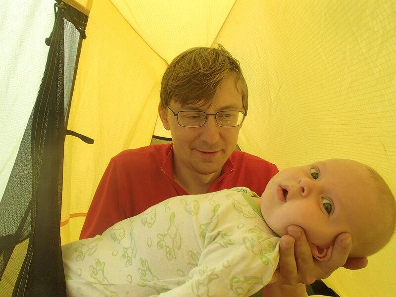укачивание ребенка в двухместной палатке
