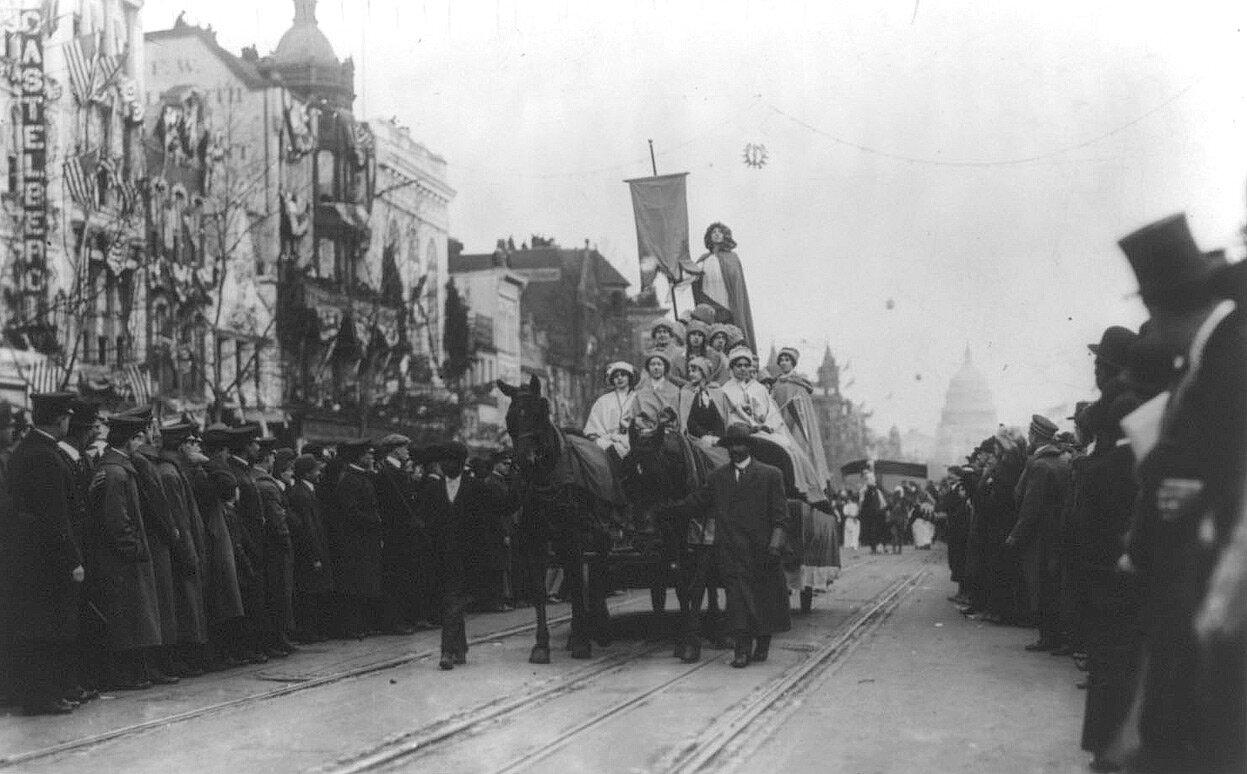 Толпы зрителей во время парада на Пенсильвания-авеню, 3 марта 1913 года