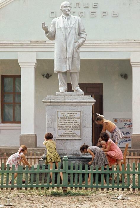 Омовение статуи Ленина по случаю пятидесятой годовщины революции в деревне на Кубани