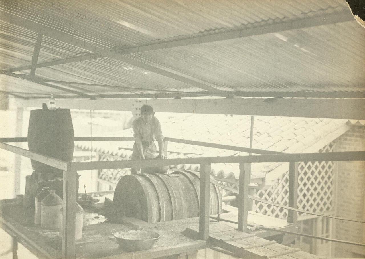 Работник готовит золотохлористоводородную кислоту для электролиза, ок. 1893 года