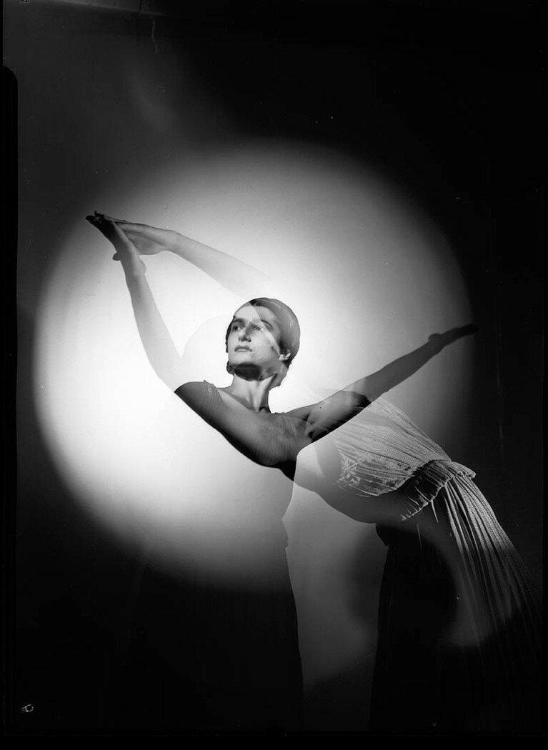 Тамара Чинарова (позднее первой жены Питера Финча) в балете «Предзнаменования». Сидней, между декабрем 1936-январем 1939