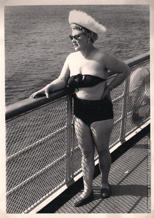 женщина в купальнике на палубе теплохода фотография 1965 года