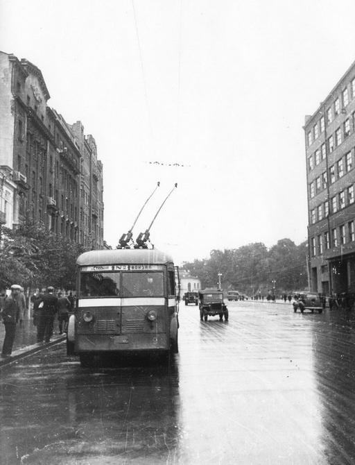 1945.09.27. Троллейбус на Хрещатике возле дома №12