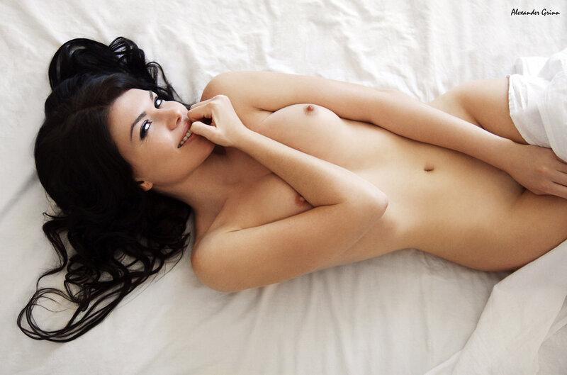 Эро девушки на кровати 8 фотография