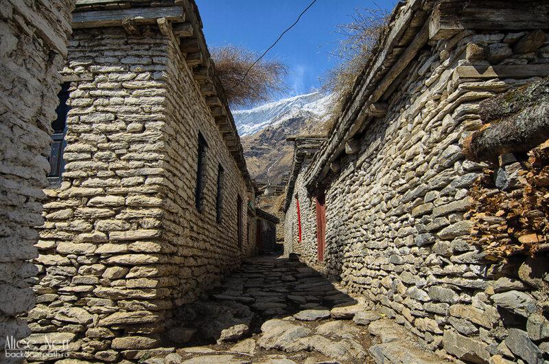 узкие улочки гималайской деревни, тукуче, гималаи, непал