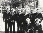 Гвардии капитан 3 ранга Коган с личным составом дивизиона 1980 г.jpg