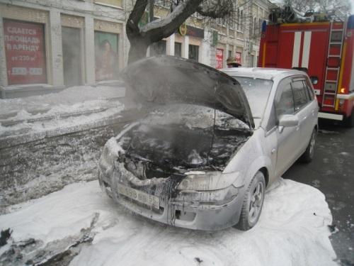 ВОмске ночью водворе дома сгорели две легковые машины