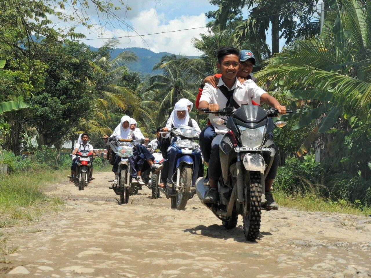 индонезийские школьники на мотобайках