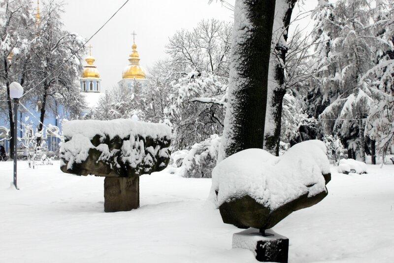 Парковые скульптуры под снегом