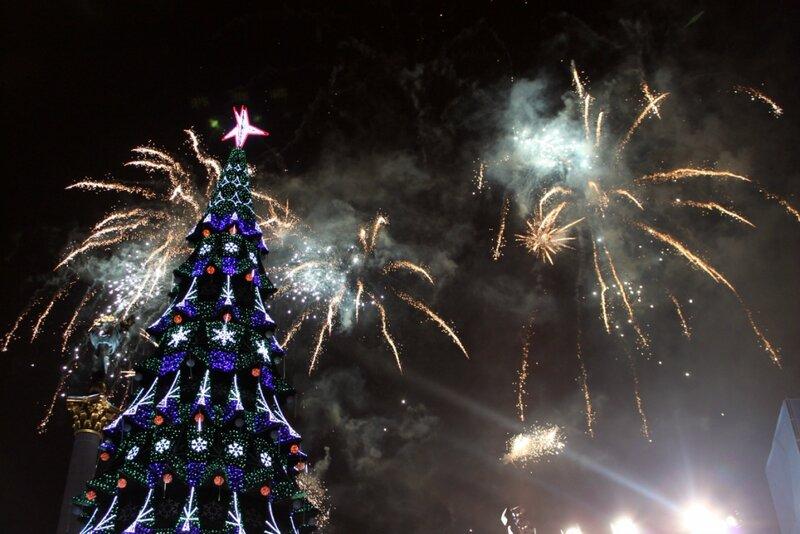 Фейерверк в момент зажигания главной елки Киева