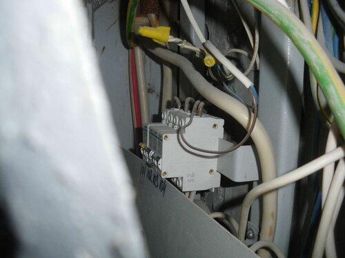 Фото 5. Содержимое этажного щита. Вид через щель между дверью и корпусом щита. Третий автомат отключился в результате короткого замыкания в квартире.