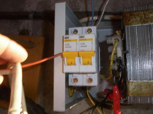 Фото 9. Рычажки автоматических выключателей нового образца имеют отверстие. За счёт этих отверстий рычажки можно соединить, использовав провод сечением 1,5 кв. мм.