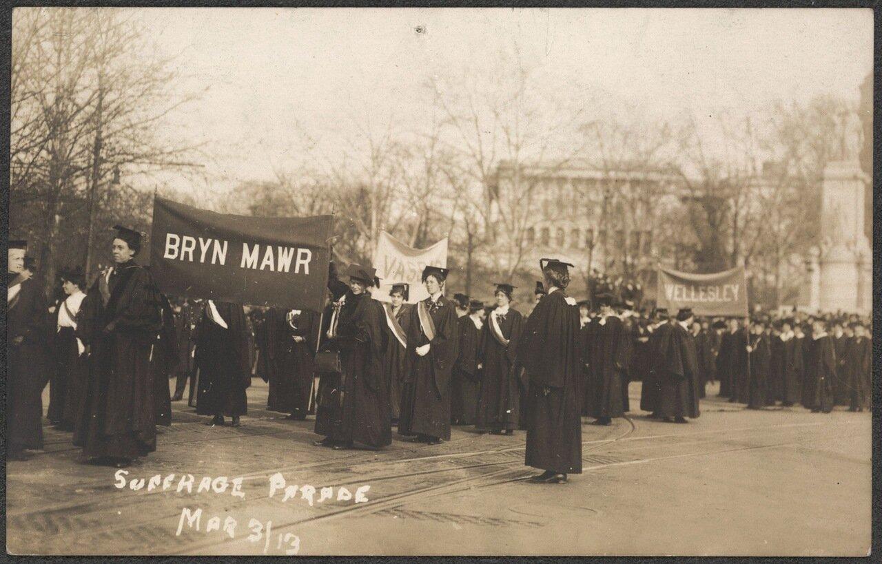 Девушки из колледжа на параде 3 марта