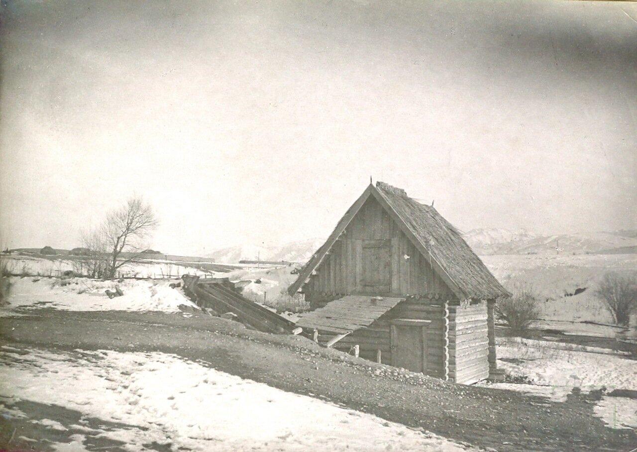 Наружный вид поставной мельницы с соломенной крышей. Пржевальск 1904