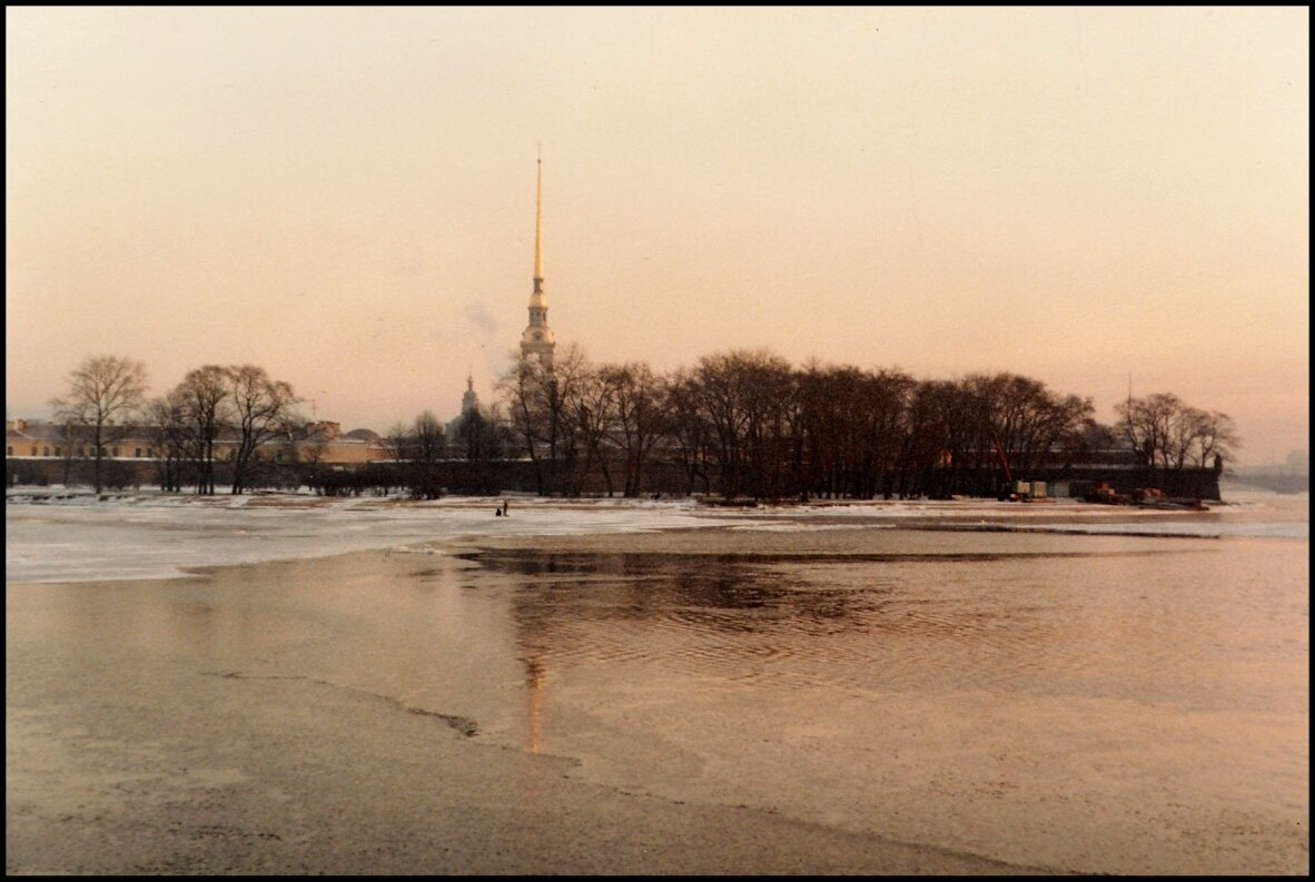 Петропавловскую крепость через Неву