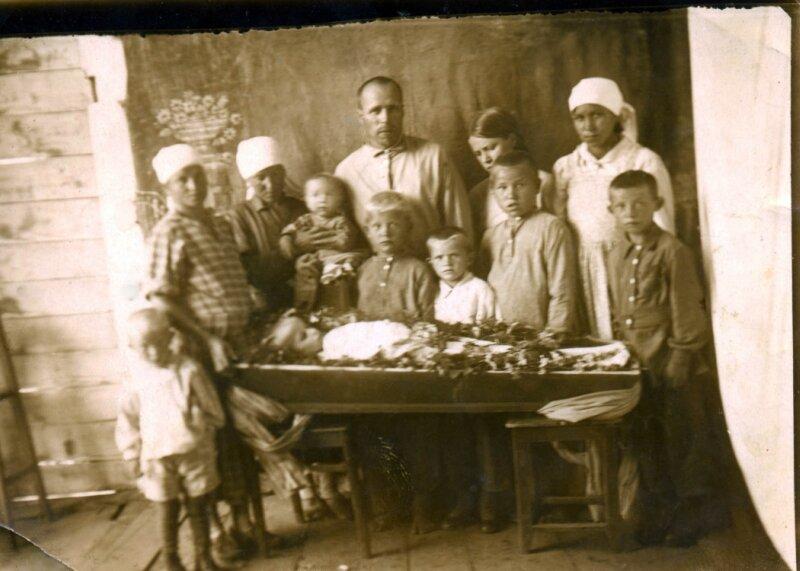 Семья прощается с Юриком. 1941