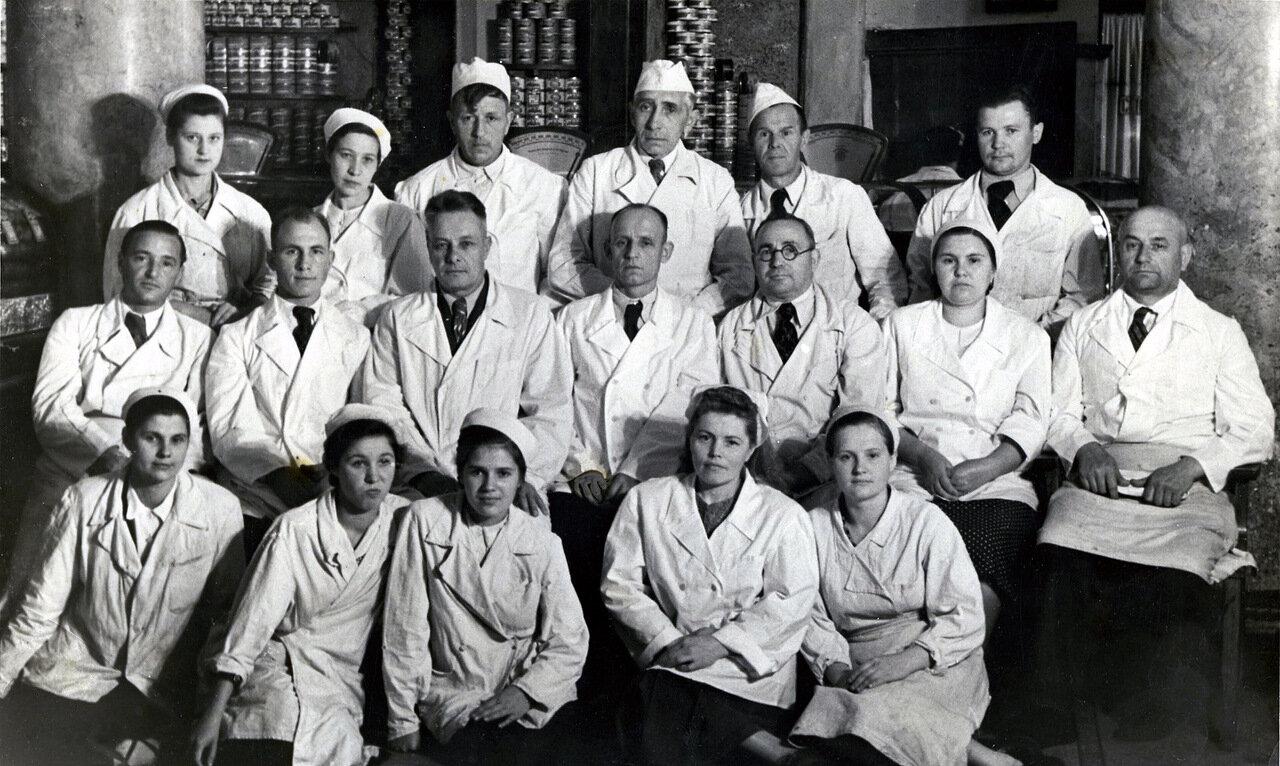 1960-е. Сотрудники гастронома у Курского вокзала