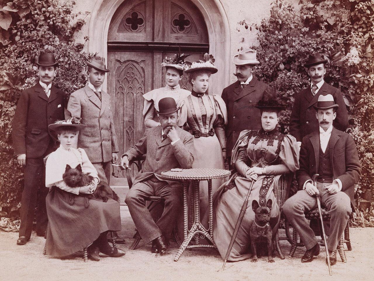Стоят: принц Альфред, принц Эрнст Гогенлоэ-Ланденбург. Среди сидящих - великий князь Павел Александрович. Апрель 1897 года