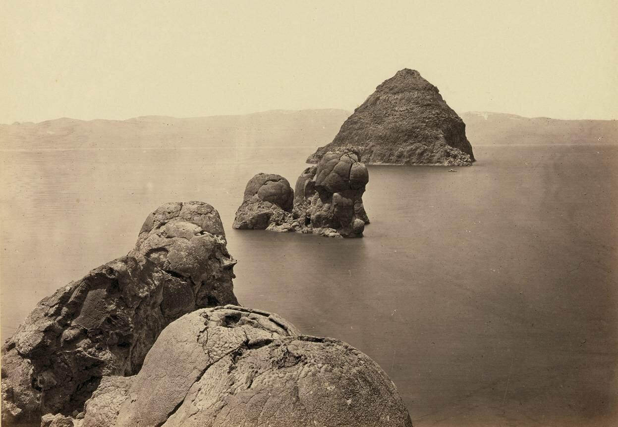 Пирамиды и купола, линия куполообразных скал из туфа в озере, штат Невада, в 1867 году