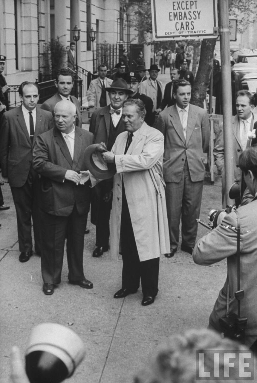 Никита Хрущев и маршал Тито возле здания советского посольства