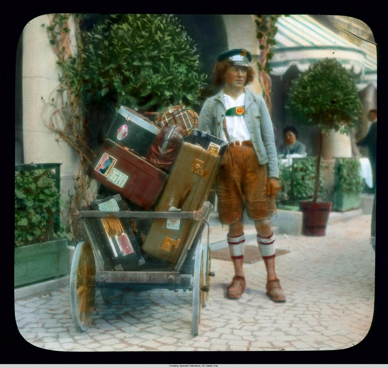 Обераммергау. Носильщик с багажом