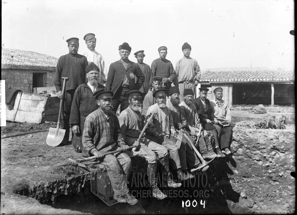Артель рабочих на краю раскопа в юго-восточной части городища