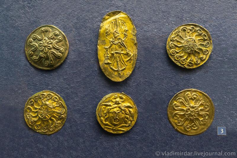 Фалары с изображением богини Ники, головы Медузы Горгоны и розеток. Бронза, серебро, позолота, железо.