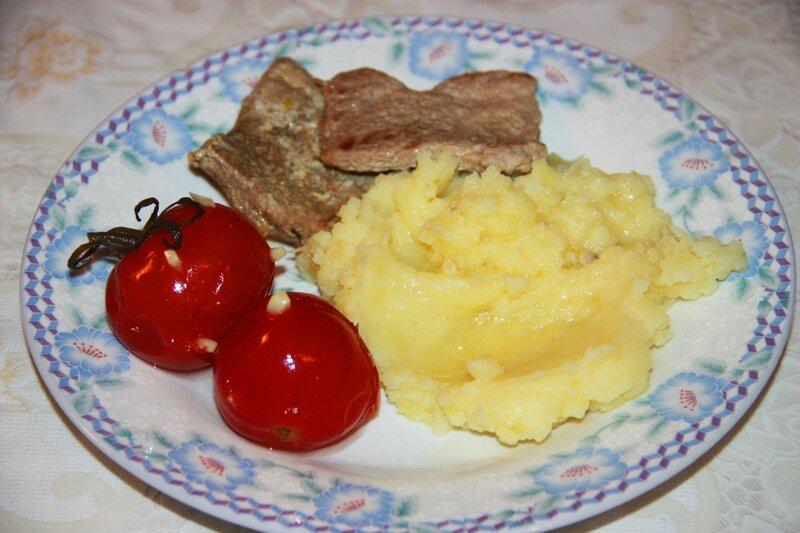 Медальоны из свинины с картофельным пюре, помидоры ежики с чесноком