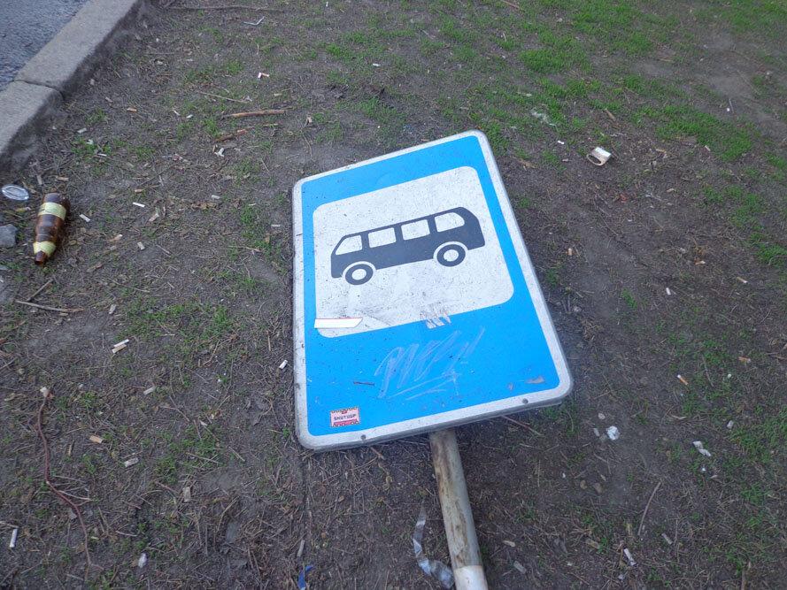 ФОТОРЕПОРТАЖ: В Запорожье «Toyota» снесла киоск на проспекте: последствия ДТП
