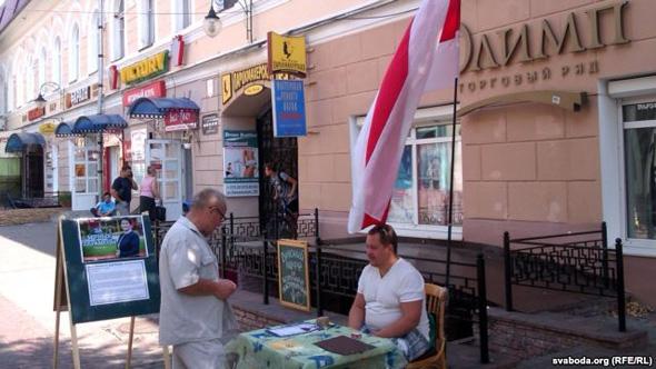 «Приехали с сиреной, сдернули флаг». В Могилеве ОМОН сорвал пикет по сбору подписей за Короткевич