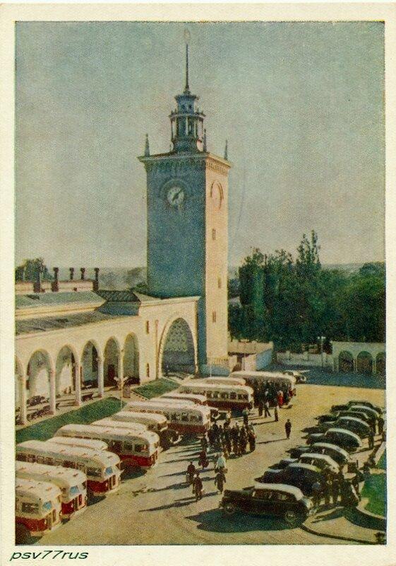 У вокзала в городе Симферополе