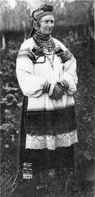 Молодая женщина в праздничном костюме. Воронежская обл.1928 г.