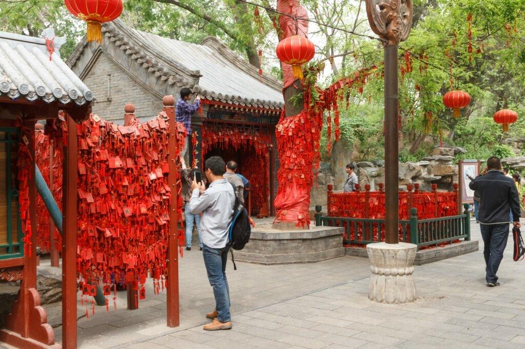 """Храм и красные """"счастливые"""" таблички, резиденция князя Гуна, Гунванфу"""