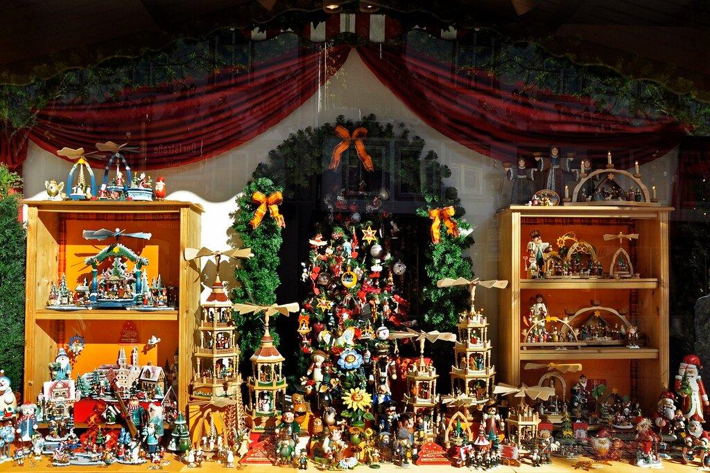 Витрина с рождественскими украшениями.