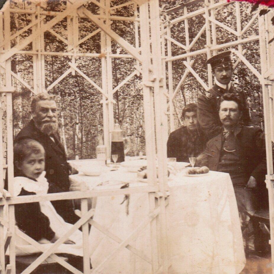 1906 г. В.П. Воробьев (слева) с внучкой Анной и его сын Александр (сидит справа) на даче в Расторгуево