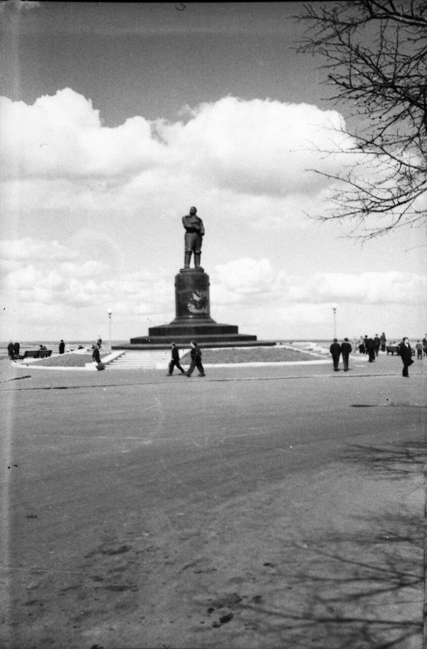 Памятник Чкалову на пл. Минина