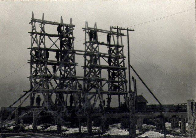 Постройка крана для сборки элементов подмостей береговых арочных пролетов. Февраль 1935г.