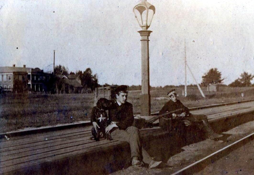 На фотографии с собакой Сергей Иванович Кузнецов, автор первых 23 фотографий Н.Новгорода 1896-1899 гг, станции и дачи Чёрное