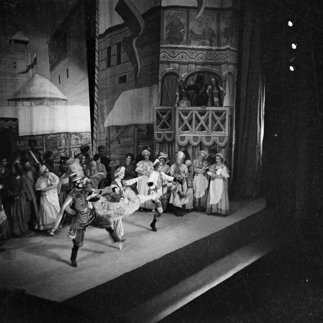 Звезда балета Полковника де Базиля Элен Кирсова в «Петрушке». Королевский театр, Сидней, 11 января 1937