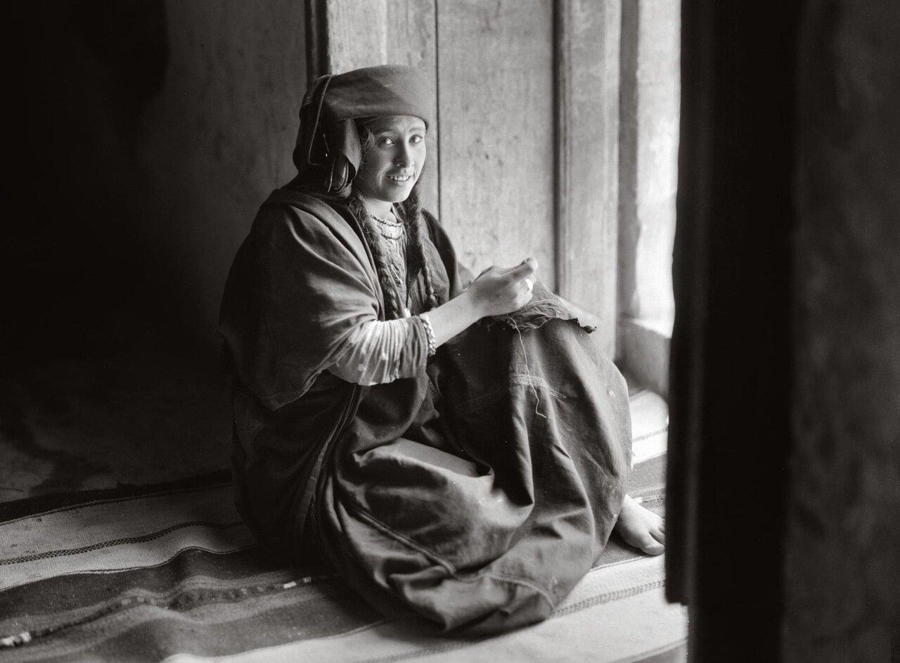 Христианская девушка бедуинка за шитьем, Иордания. 1920-1933 гг.
