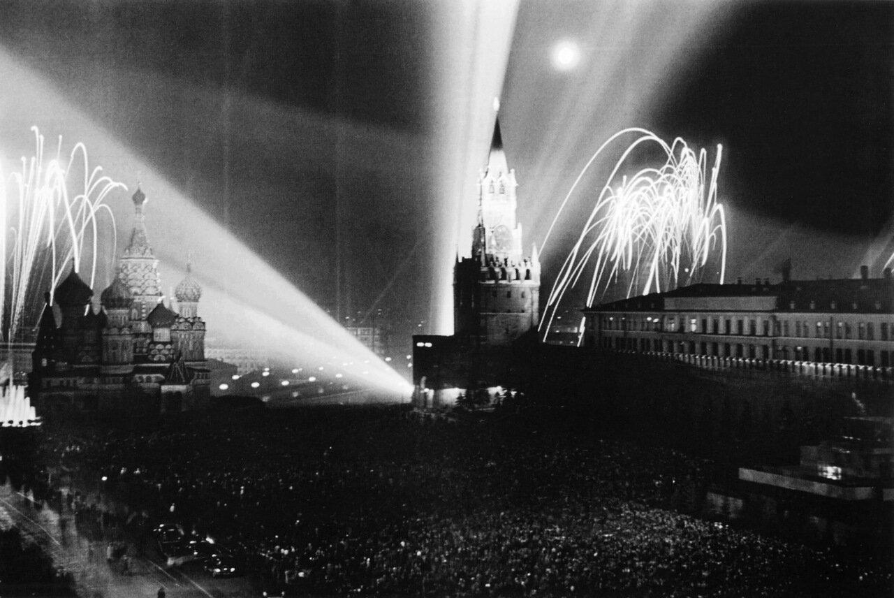 Праздничный салют. Красная площадь. Москва. 9 мая 1945 г.
