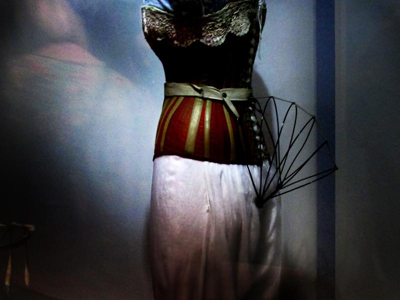 """картинки с выставки в Эрарте """"Под одеждой"""" из Лондона"""