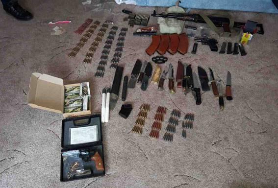 Из квартиры мариупольца изъяли карабин, пистолеты и патроны. ФОТОрепортаж